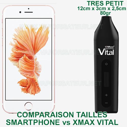 Comparaison des tailles entre le vaporisateur portable XMAX Vital et un smartphone moyen
